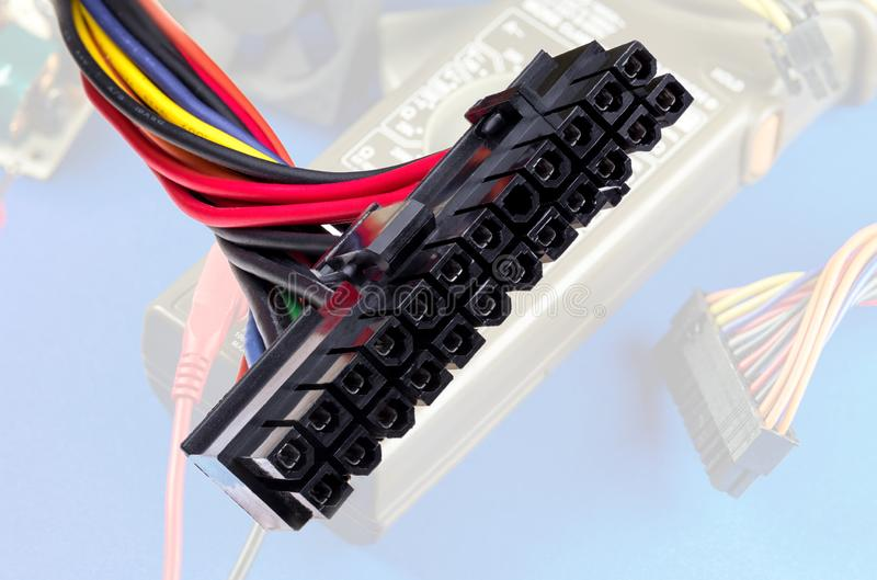 Το καλώδιο από τη μονάδα παροχής ηλεκτρικού ρεύματος για το PC στοκ εικόνες