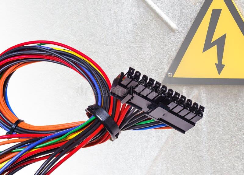 Το καλώδιο από τη μονάδα παροχής ηλεκτρικού ρεύματος για το PC στοκ φωτογραφία με δικαίωμα ελεύθερης χρήσης