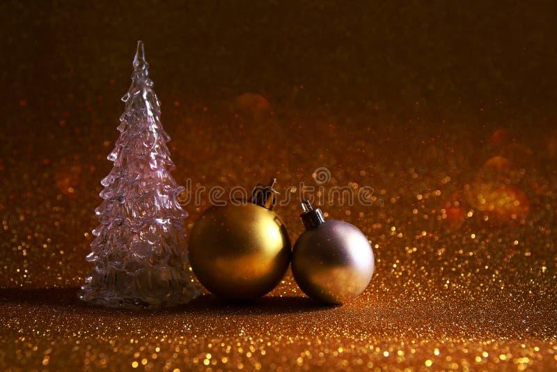 το καμμένος δέντρο και οι διακοσμήσεις Χριστουγέννων ακτινοβολούν επάνω υπόβαθρο στοκ εικόνα