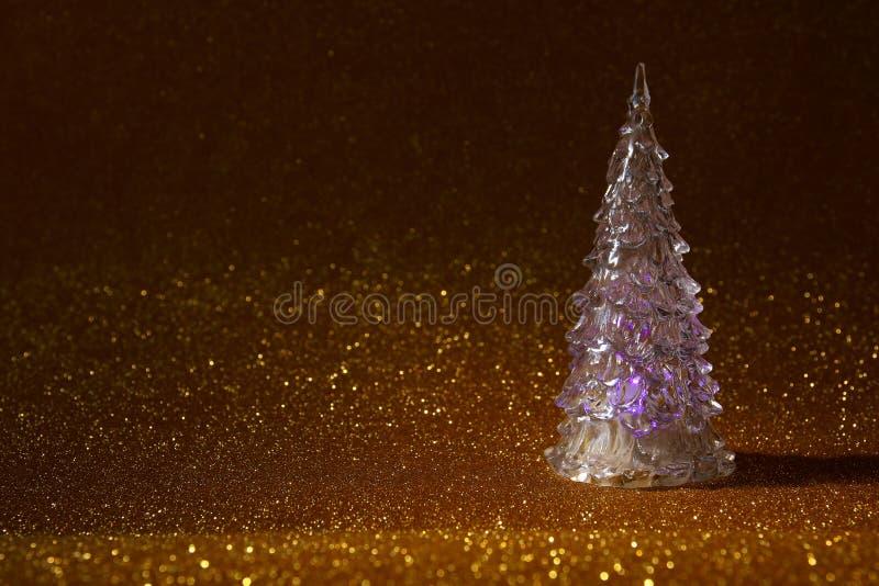 Το καμμένος εορταστικό δέντρο Χριστουγέννων ακτινοβολεί επάνω υπόβαθρο στοκ φωτογραφία