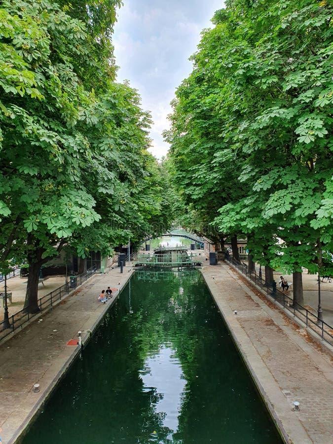 Το κανάλι Άγιος-Martin, η περιοχή hipster στο δέκατο του Παρισιού, Γαλλία στοκ φωτογραφίες