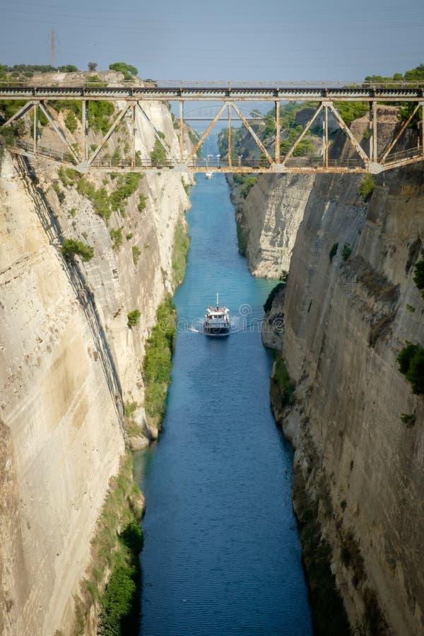 Το κανάλι Corinth συνδέει το Κόλπο Corinth με το Σαρωνικό κόλπο στο Αιγαίο πέλαγος στοκ φωτογραφίες