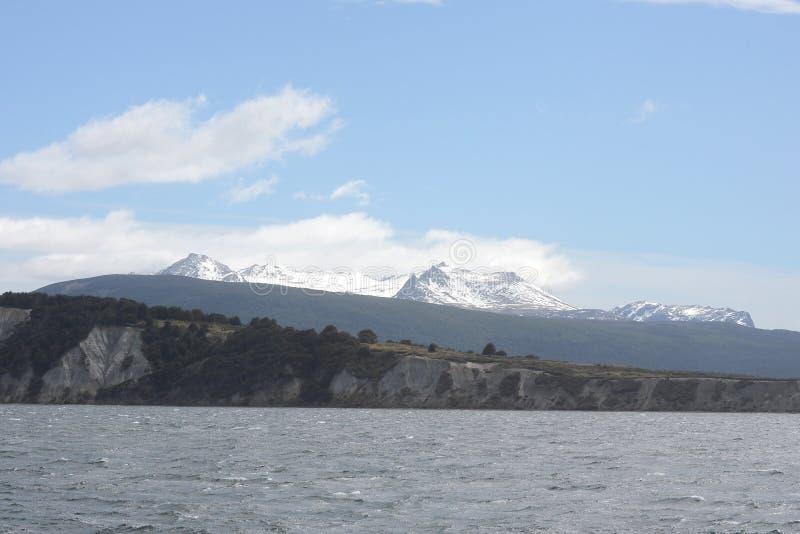 Το κανάλι λαγωνικών που χωρίζει το κύριο νησί του αρχιπελάγους της Γης του Πυρός και που βρίσκεται στο νότο του νησιού στοκ φωτογραφία με δικαίωμα ελεύθερης χρήσης