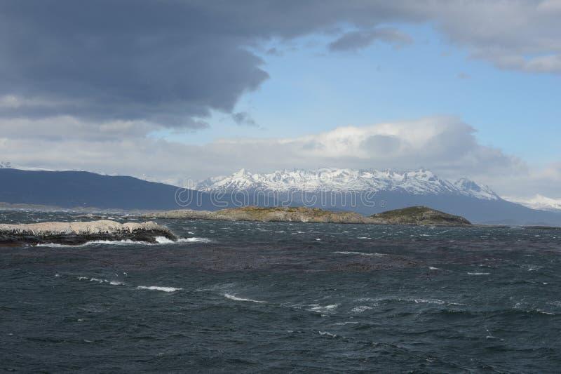 Το κανάλι λαγωνικών που χωρίζει το κύριο νησί του αρχιπελάγους της Γης του Πυρός και που βρίσκεται στο νότο του νησιού στοκ εικόνες