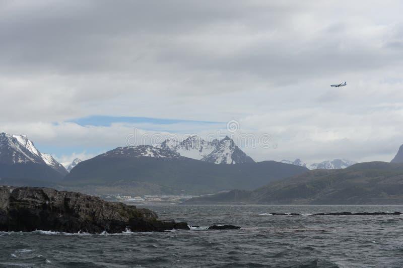 Το κανάλι λαγωνικών που χωρίζει το κύριο νησί του αρχιπελάγους της Γης του Πυρός και που βρίσκεται στο νότο του νησιού στοκ φωτογραφίες με δικαίωμα ελεύθερης χρήσης