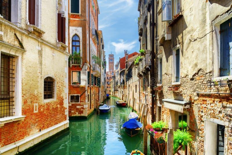 Το κανάλι του Ρίο Di SAN Cassiano με τις βάρκες στη Βενετία, Ιταλία στοκ φωτογραφία