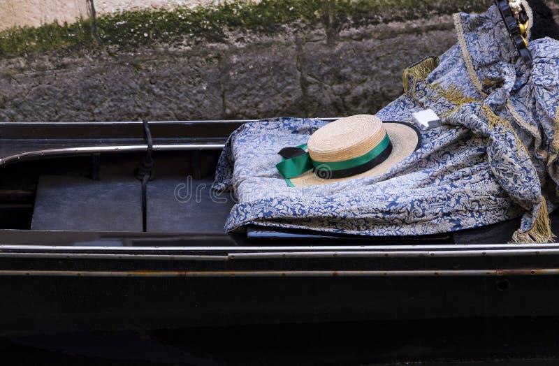 Το καπέλο gondolier στη γόνδολα στοκ εικόνες