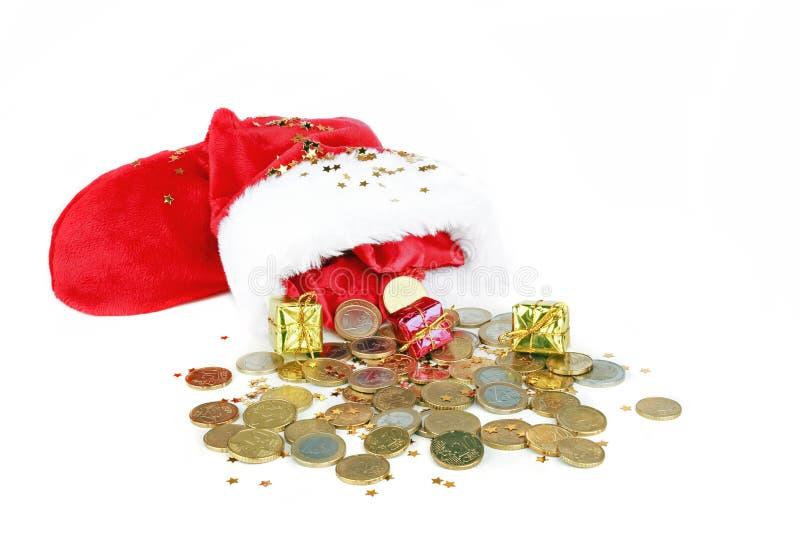 Το καπέλο του Santa με τα ευρο- νομίσματα και παρουσιάζει στοκ εικόνες