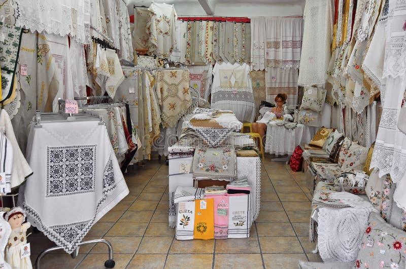 Το κατάστημα αναμνηστικών με τα χειροποίητα κεντημένα επιτραπέζια ενδύματα σε Chania της Κρήτης Ελλάδα στοκ φωτογραφία