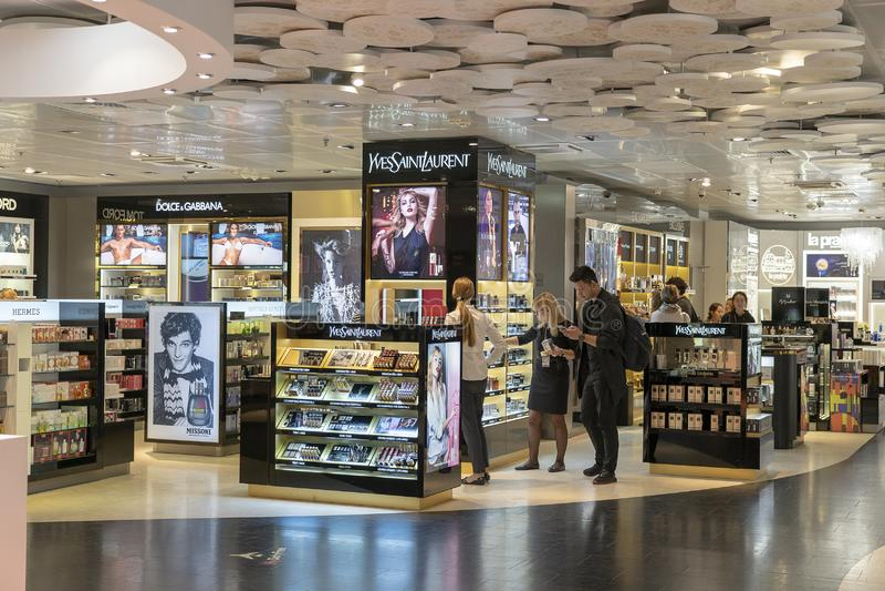 Το κατάστημα της Yves Saint Laurent και τα διαφορετικά εμπορικά σήματα ψωνίζουν duty free στο διεθνές τερματικό αερολιμένων Borys στοκ εικόνα