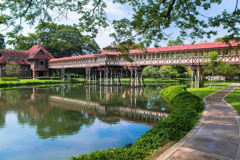 Το κατασκεύασμα γεφυρών για συνδέει δύο χτίζοντας στοκ φωτογραφία με δικαίωμα ελεύθερης χρήσης