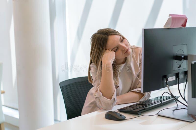 Το καυκάσιο όμορφο νέο κορίτσι κούρασε και τρύπησε στο γραφείο στοκ εικόνα με δικαίωμα ελεύθερης χρήσης