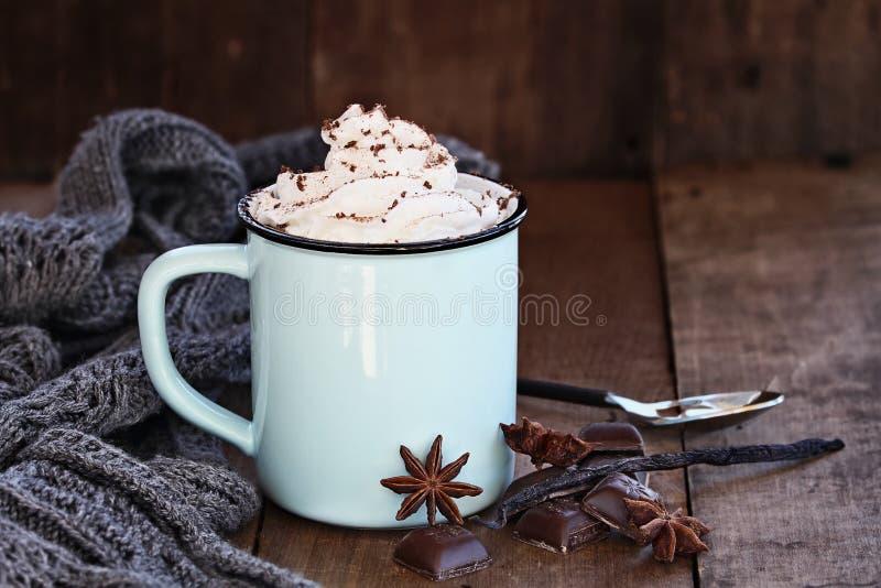 Το καυτός κακάο ή ο καφές με κτυπά την κρέμα στοκ εικόνες με δικαίωμα ελεύθερης χρήσης