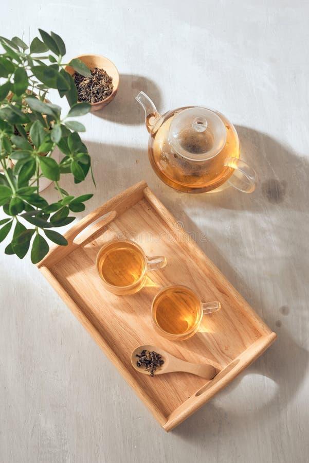 Το καυτό τσάι είναι στο γυαλί Τοποθετημένος σε έναν ξύλινο δίσκο στοκ εικόνες