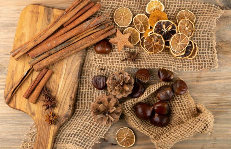 Το καφέ φθινόπωρο εξακολουθεί να ζει με κάστανα και αποξηραμένα λεμόνια σε κορυφαία θέα στοκ φωτογραφία με δικαίωμα ελεύθερης χρήσης
