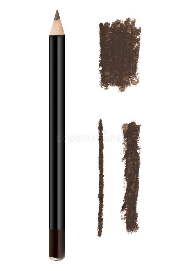 Το καφετί καλλυντικό χρώματος eyeliner γράφει με μολύβι και κτυπήματα, δείγμα προϊόντων ομορφιάς που απομονώνεται στο άσπρο υπόβα στοκ εικόνες