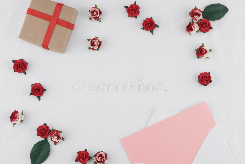 Το καφετί κιβώτιο δώρων και η ροζ κάρτα στο λευκό τυλίγουν στοκ φωτογραφίες με δικαίωμα ελεύθερης χρήσης