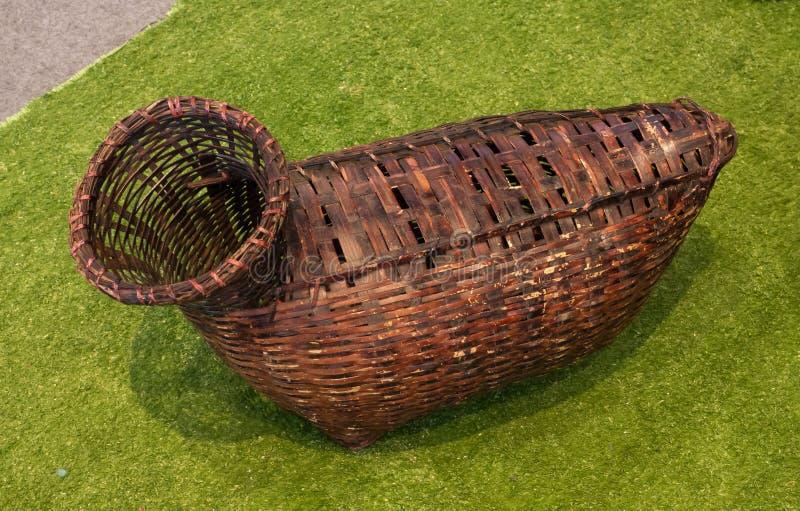 Το καφετί ξύλινο ψαροκόφινο είναι ένα ψάθινο καλάθι που χρησιμοποιείται συνήθως για τα ψάρια μεταφοράς στην Ταϊλάνδη στοκ εικόνα