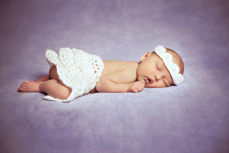 Το καλό νεογέννητο κορίτσι κοιμάται στοκ φωτογραφίες