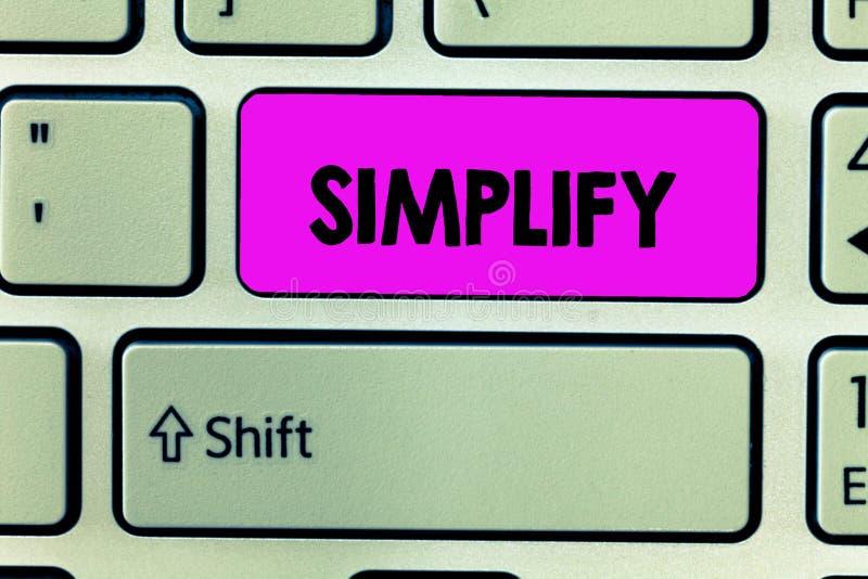 Το κείμενο γραφής απλοποιεί Η έννοια έννοιας καθιστά κάτι απλούστερο ή ευκολότερος να κάνει ή να καταλάβει διευκρινίστε στοκ εικόνες