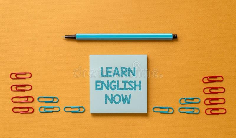 Το κείμενο γραφής μαθαίνει τα αγγλικά τώρα Το κέρδος έννοιας έννοιας ή αποκτά τη γνώση και την ικανότητα της αγγλικής γλώσσας που στοκ εικόνες με δικαίωμα ελεύθερης χρήσης
