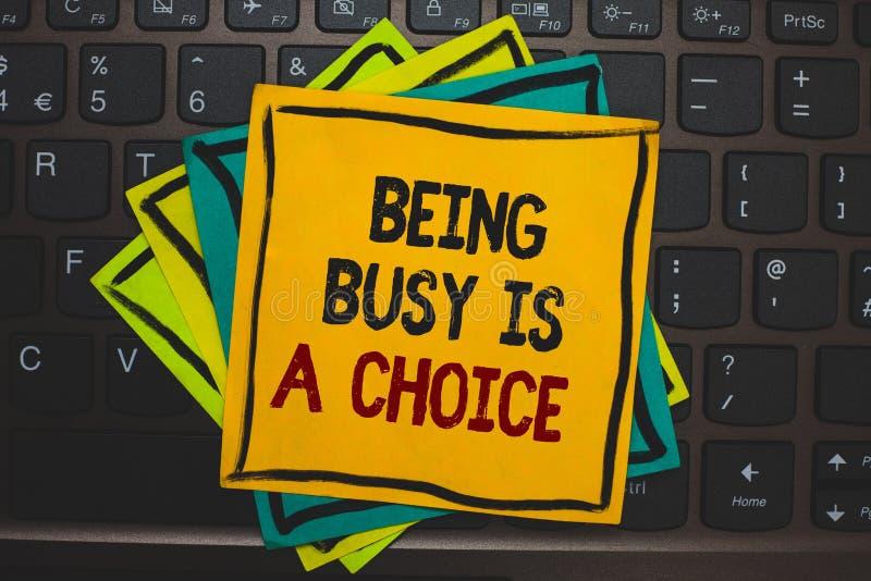 Το κείμενο γραψίματος λέξης που είναι πολυάσχολο είναι μια επιλογή Η επιχειρησιακή έννοια για τη ζωή είναι για τις προτεραιότητες στοκ εικόνα