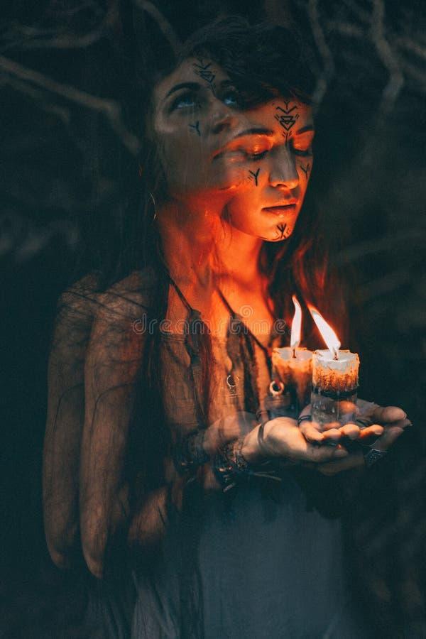 Το κερί εκμετάλλευσης γυναικών στα χέρια κλείνει επάνω στοκ εικόνες