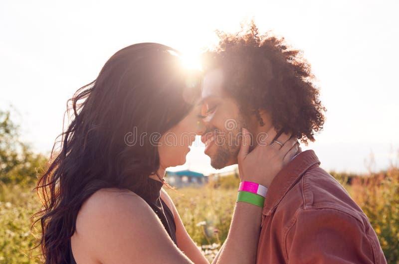 Το Κεφάλι Και Οι Ώμοι Κλείνουν Ένα Νεαρό Ρομαντικό Ζευγάρι Που Αγκαλιάζεται Στην Ύπαιθρο Με Τον Ήλιο στοκ φωτογραφία