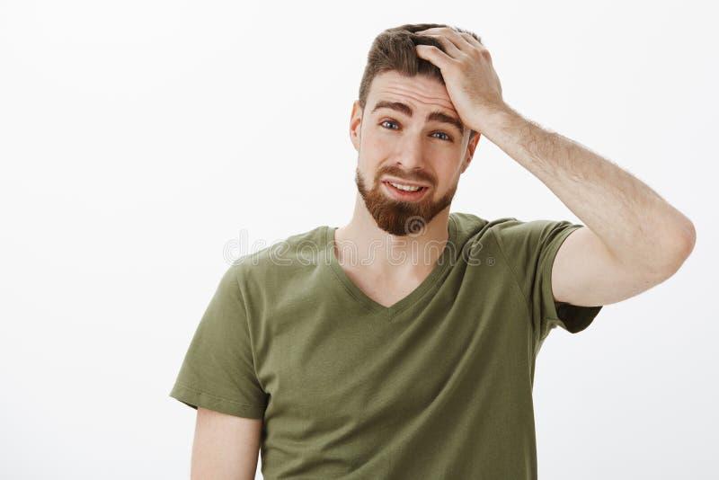 Το κεφάλι τύπων βλάπτει να σκεφτεί, να αισθανθεί κάτω και ανατρεμμένη, ένοχος να μην αποτελέσει τις καλές ιδέες που κρατούν το χέ στοκ φωτογραφία με δικαίωμα ελεύθερης χρήσης