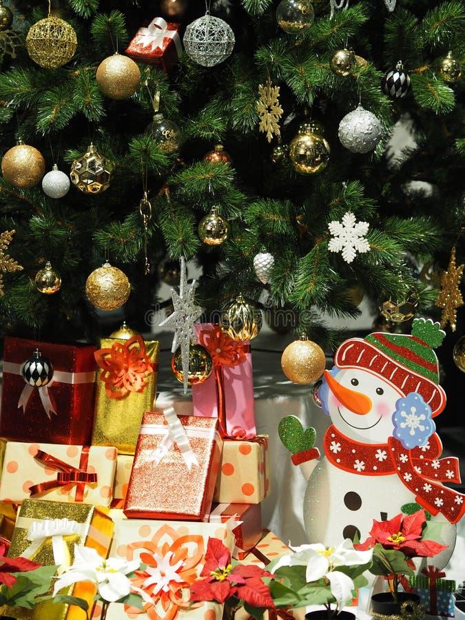 Το κιβώτιο δώρων διακοσμήσεων γαρνιτουρών Χριστουγέννων μαζικής ημέρας εύθυμου Χριστού χρωμάτισε τα φω'τα καρυοθραύστης κουδουνιώ στοκ φωτογραφία