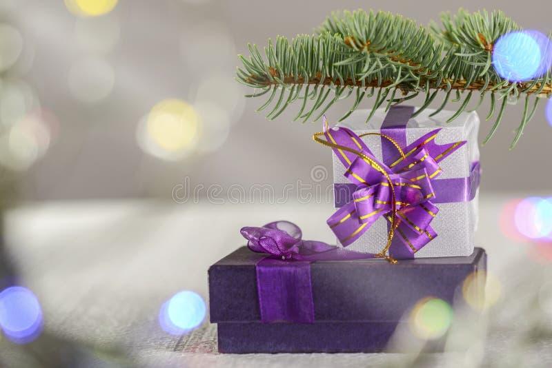 Το κιβώτιο δώρων Χριστουγέννων βρίσκεται κάτω από ένα χριστουγεννιάτικο δέντρο στοκ εικόνες