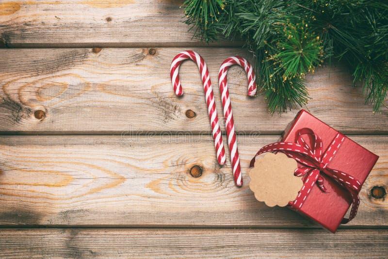 Το κιβώτιο δώρων Χριστουγέννων με την κενή ετικέττα στο ξύλινο υπόβαθρο, αντιγράφει τη διαστημική, τοπ άποψη στοκ φωτογραφία