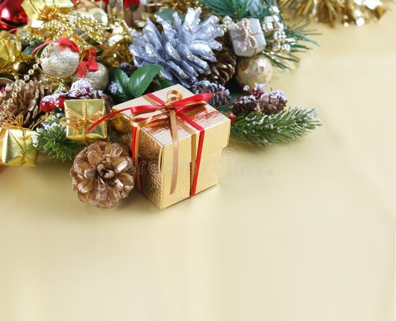 Το κιβώτιο δώρων Χριστουγέννων στις διακοσμήσεις στοκ εικόνες με δικαίωμα ελεύθερης χρήσης