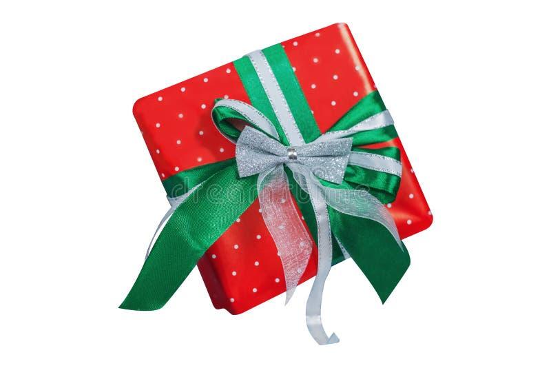 Το κιβώτιο σφραγίζεται με το όμορφο κόκκινο έγγραφο στα άσπρα μπιζέλια και δένεται με την πράσινη και άσπρη κορδέλλα και ένα ασημ στοκ φωτογραφίες με δικαίωμα ελεύθερης χρήσης