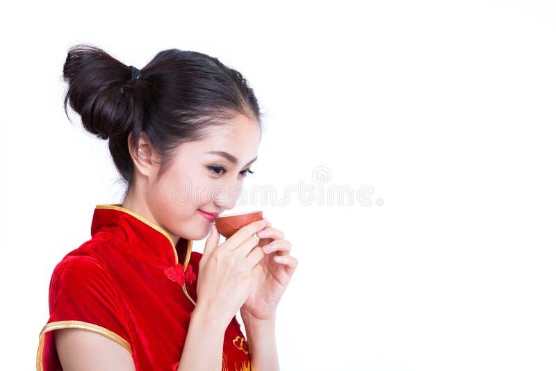 Το κινεζικό κορίτσι πίνει ένα τσάι στοκ εικόνα με δικαίωμα ελεύθερης χρήσης