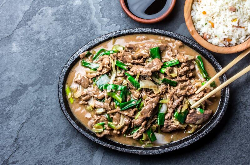 Το κινεζικό μογγολικό βόειο κρέας ανακατώνει τα τηγανητά στο πιάτο σιδήρου στοκ φωτογραφίες