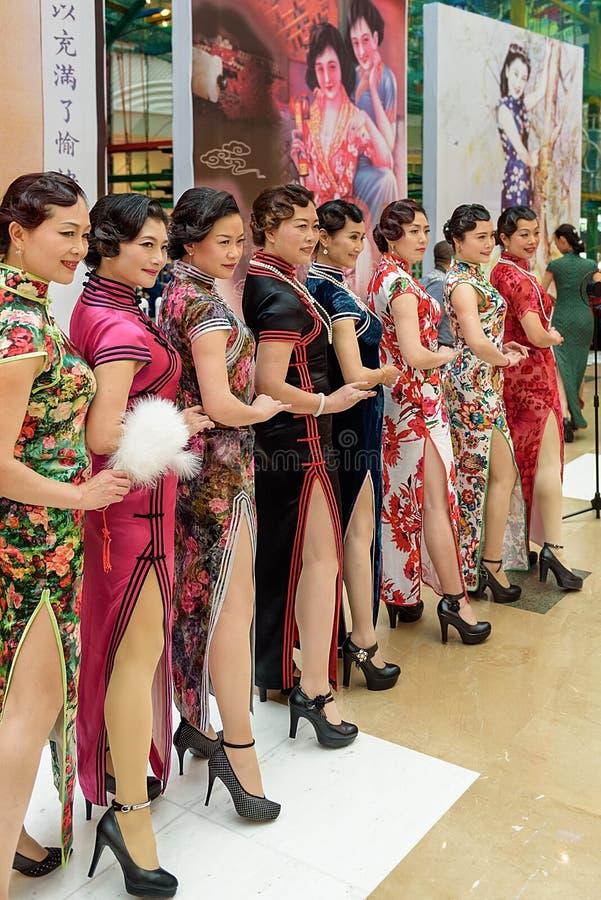 Το κινεζικό cheongsam παρουσιάζει στοκ φωτογραφίες