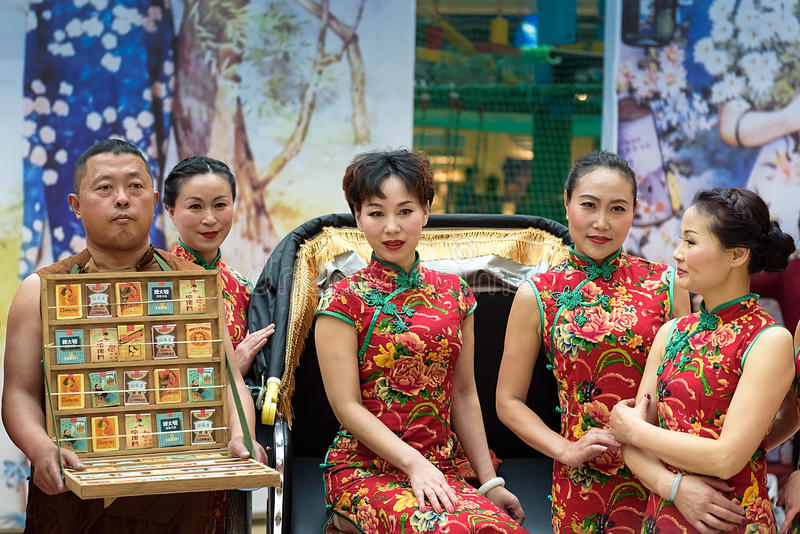 Το κινεζικό cheongsam παρουσιάζει στοκ φωτογραφία