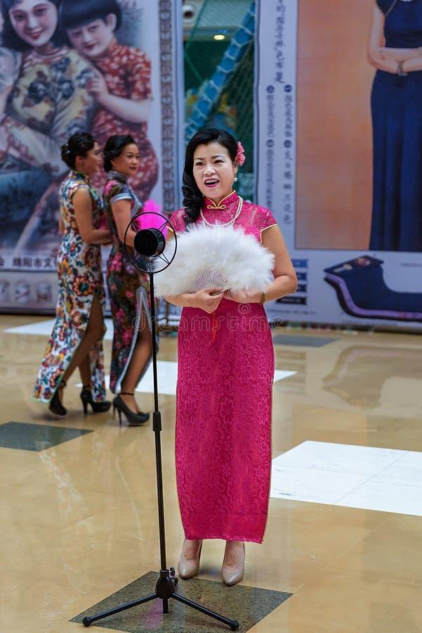 Το κινεζικό cheongsam παρουσιάζει στοκ φωτογραφία με δικαίωμα ελεύθερης χρήσης