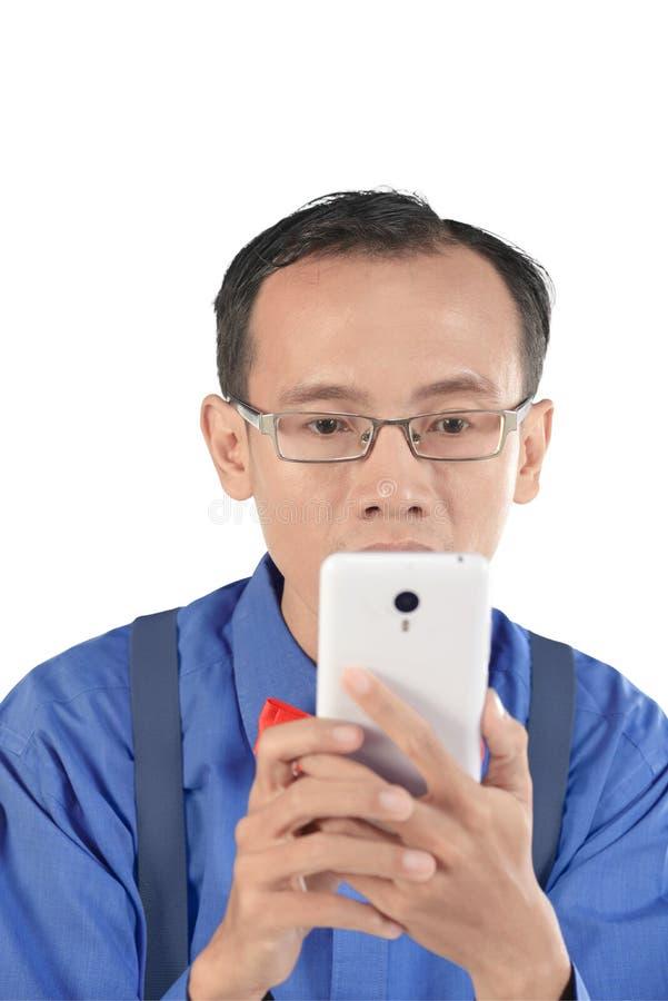 Το κινητό τηλέφωνο εκμετάλλευσης ατόμων Nerdy και φαίνεται συγκέντρωση στοκ φωτογραφία