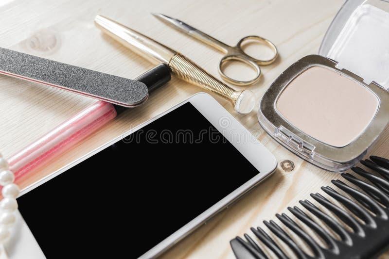 Το κινητό τηλέφωνο, σκόνη, mascara, χείλι σχολιάζει στοκ φωτογραφία με δικαίωμα ελεύθερης χρήσης