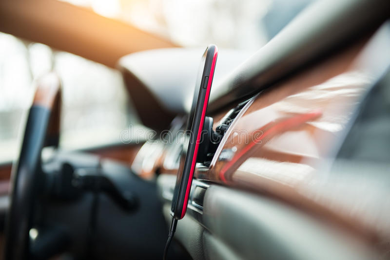 Το κινητό τηλέφωνο στο αυτοκίνητο μαγνητών τοποθετεί τον τηλεφωνικό κάτοχο για το ΠΣΤ στοκ εικόνα