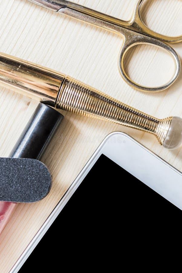Το κινητό τηλέφωνο, mascara, χείλι σχολιάζει στοκ εικόνα με δικαίωμα ελεύθερης χρήσης