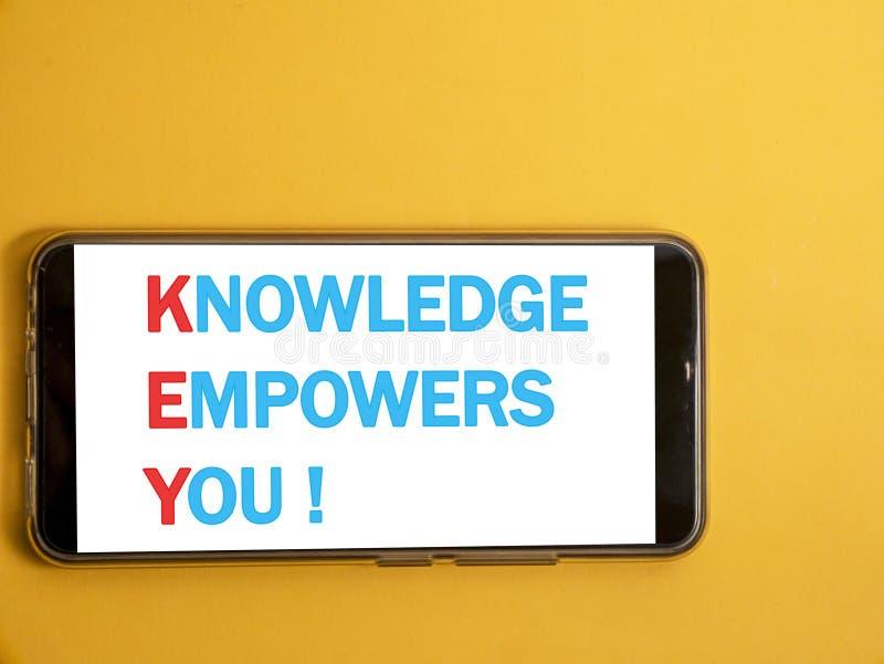 Το ΚΛΕΙΔΙ, γνώση σας εξουσιοδοτεί, επιχειρησιακά κινητήρια εμπνευσμένα αποσπάσματα στοκ φωτογραφίες με δικαίωμα ελεύθερης χρήσης