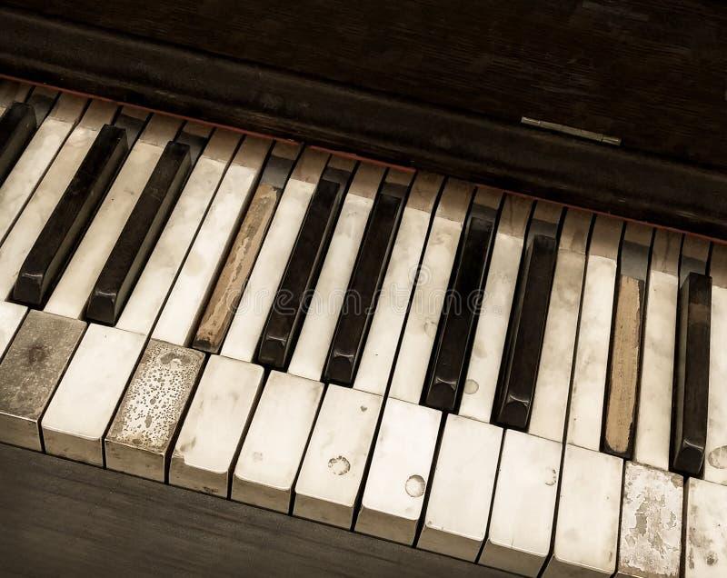 Το κοίταγμα κάτω από την υπερυψωμένη άποψη της παλαιάς εγκαταλειμμένης αντίκας στενοχώρησε στενό επάνω πληκτρολογίων πιάνων στοκ φωτογραφίες