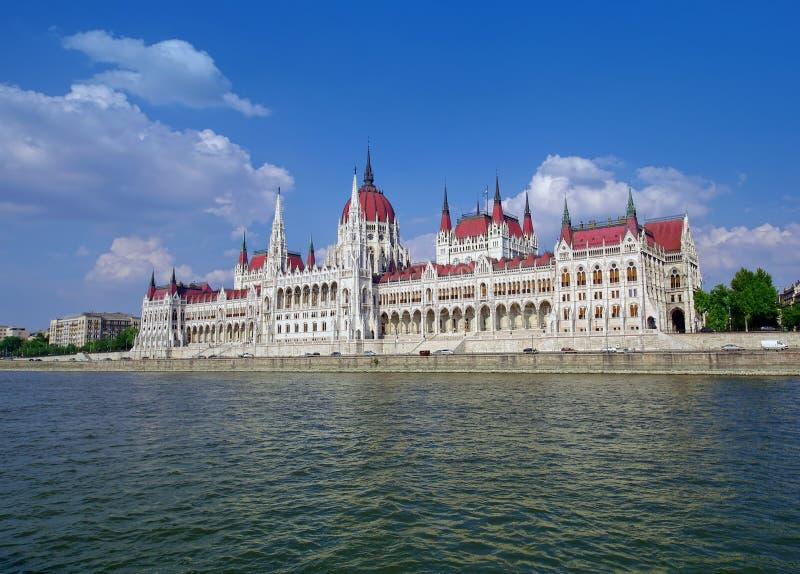 Το Κοινοβούλιο της Βουδαπέστης που βλέπει από την κρουαζιέρα ποταμών Δούναβη στοκ φωτογραφία