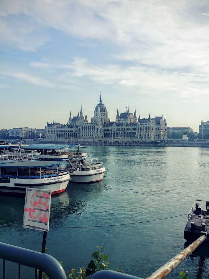 Το Κοινοβούλιο της Βουδαπέστης από την άλλη πλευρά του Δούναβη στοκ εικόνες
