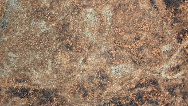 Το κοκκινωπό γκρι χρωμάτισε το πολύ συμπαθητικό φυσικό υπόβαθρο σύστασης πετρών λόφων στοκ εικόνα με δικαίωμα ελεύθερης χρήσης