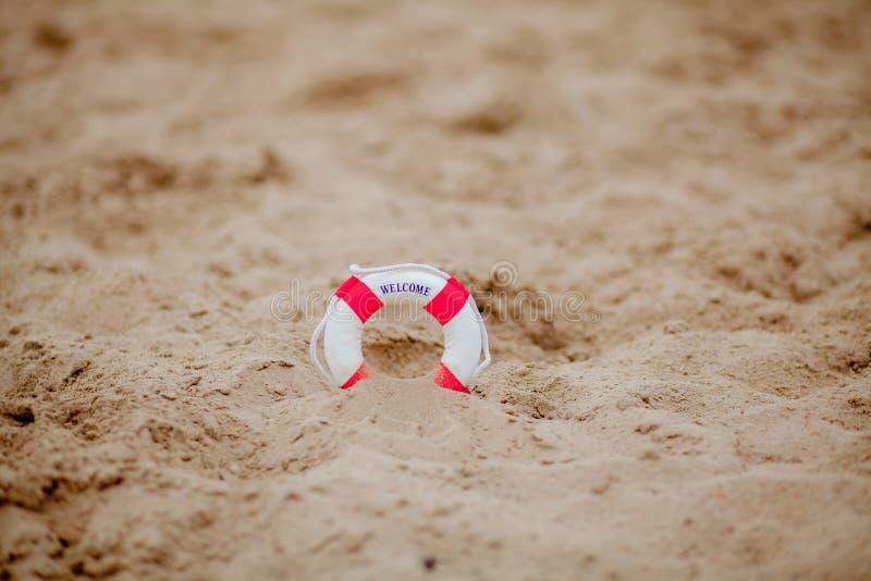 Το κοντινό πλάνο της μινιατούρας σκάβει στην άμμο στην παραλία στοκ εικόνες