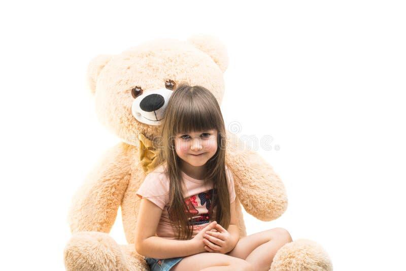 το κορίτσι ένα μαλακό παιχνίδι που απομονώνεται με στοκ φωτογραφίες